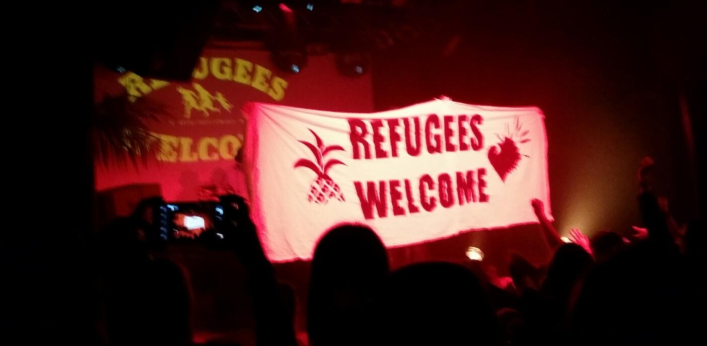 Neonschwarz Refugees Welcome Banner