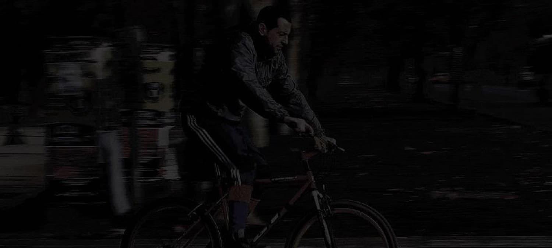 Fahrradfahrer im dunkeln ohne Licht