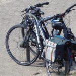 Fahrräder lehnen am Anlehnbügel
