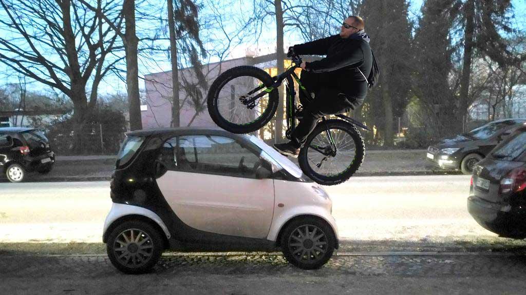 Fatbike fährt über Smart Auto