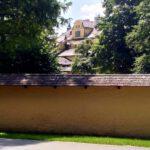 063 Schloss Hellbrunn Durch Baeume