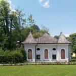 076 Schloss Hellbrunn Wasserspiele Kronen Grotte Aussen