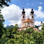 094 Aschau Kirche Hinter Baumen